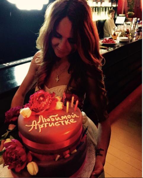 Артистку поздравили с днем рождения ее поклонники
