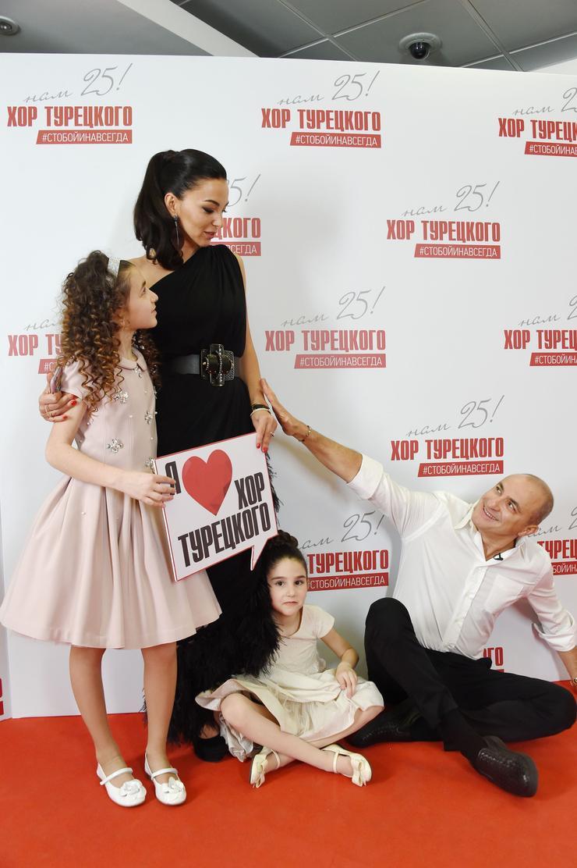 Михаил Турецкий с супругой Лианой и дочками Бетой и Эммой