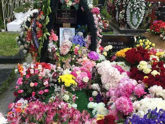На могилу Жанны принесли множество цветов