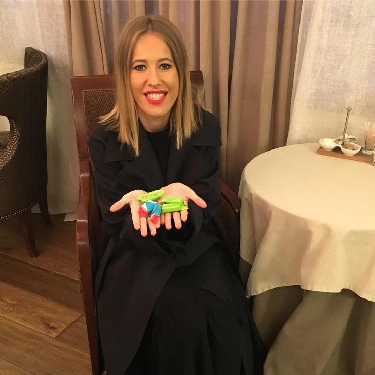 Ксения Собчак с удовольствием ест конфеты