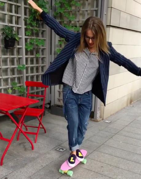 На видео Ксюша лихо гоняет на скейте...