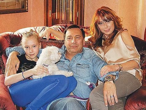 Алена Апина с мужем Александром Иратовым и дочкой Ксенией