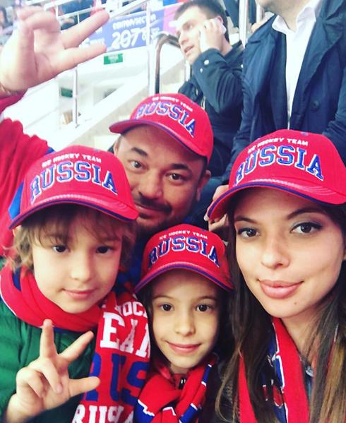 Сергей Жуков и Регина Бурд с детьми