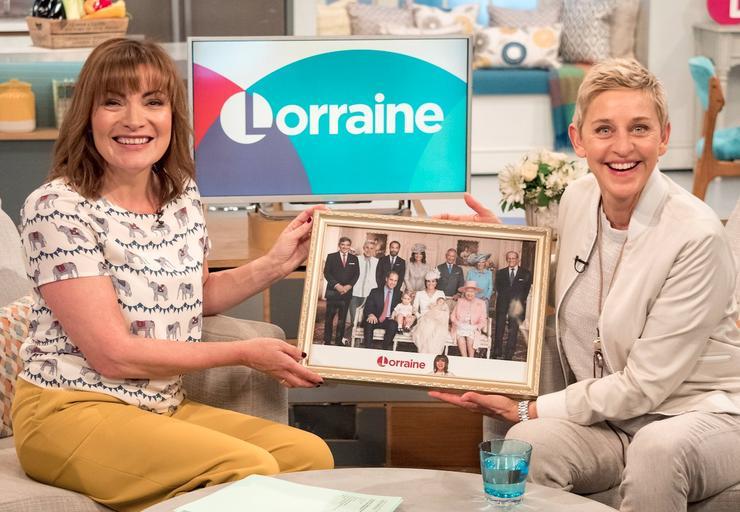 Ведущая Лоррейн Келли подарила Эллен ДеДженерис шуточный портрет с королевской семьей