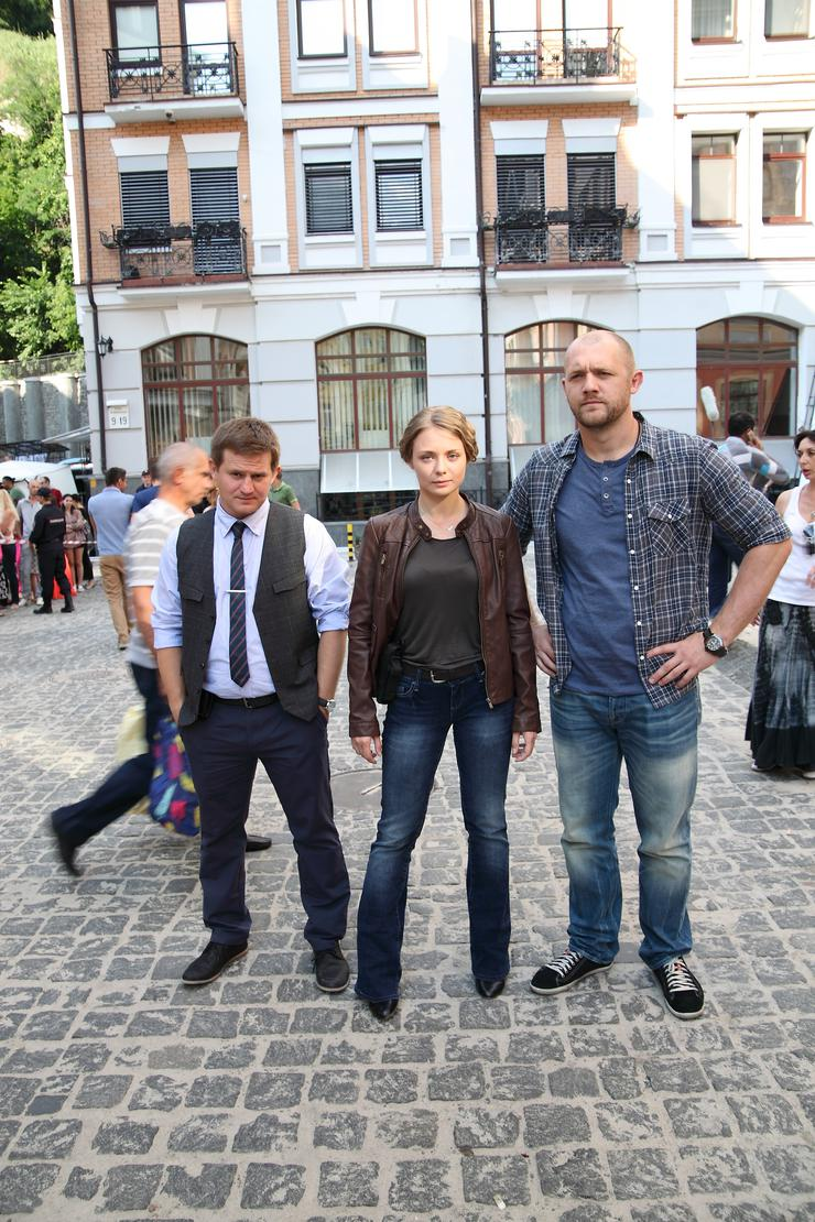 Сослуживцев героя Прилучного сыграли Карина Разумовская, Александр Обласов (слева) и Денис Шведов