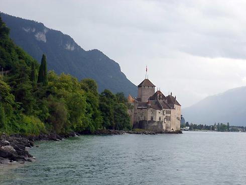 Шильонский замок был выстроен на берегу Женевского озера в 1160 году