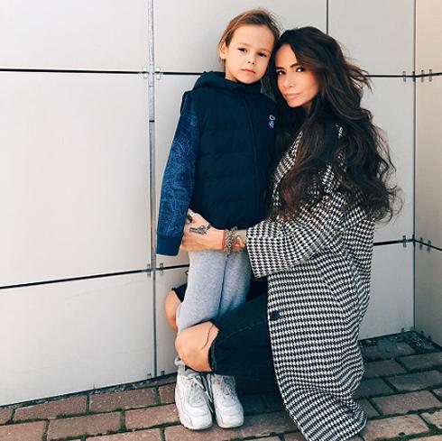 Айза со своим сыном Сэмом