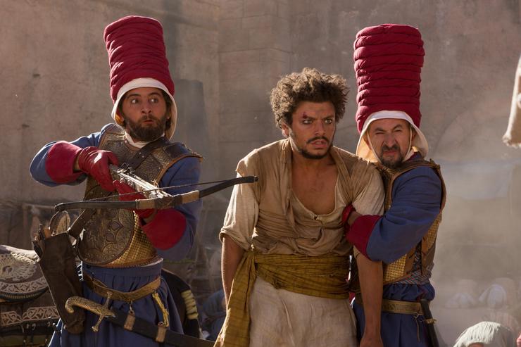 Исполнитель главной роли Кев Адамс (в центре) удивительным образом похож на Филиппа Киркорова, который озвучил эту роль в российской версии фильма