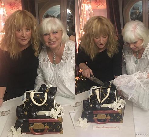 Подруги разрезали праздничный торт