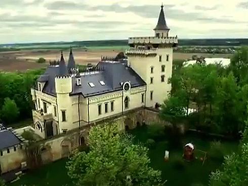 Замок Пугачевой и Галкина в деревне Грязь