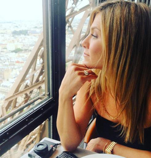 Теру опубликовал фотографию Энистон, сидящей в ресторане «Le Jules Verne» на вершине Эйфелевой башни