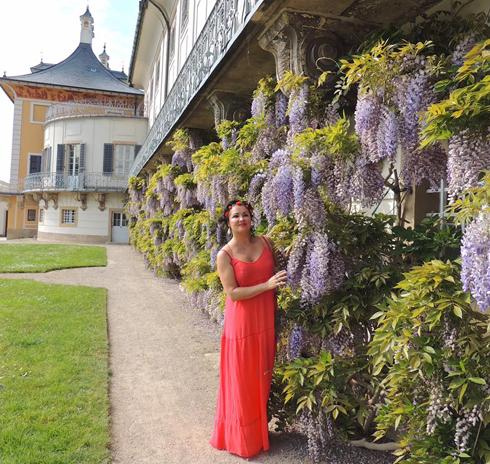 Красный сарафан, который надела Анна в Швейцарии, произвел фурор