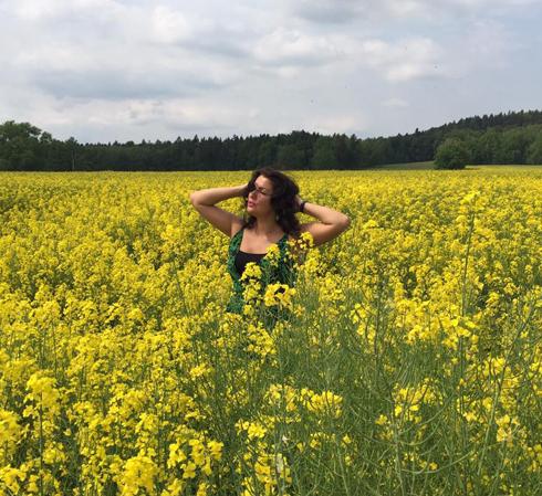 Анна Нетребко любит желтые цветы