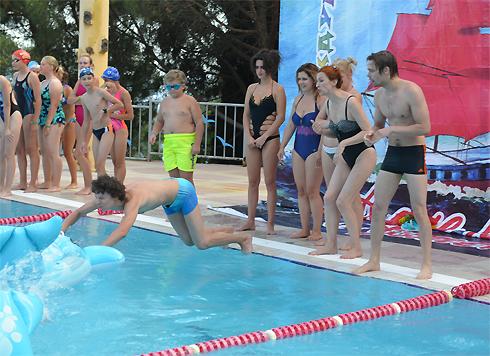 Актер Егор Сальников (в прыжке) оказался неплохим пловцом