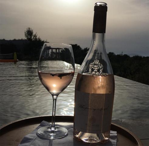 Дэвид Бекхэм наслаждается вином