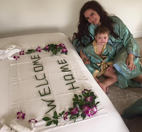 В гостиничном номере Эвелину Бледанс и маленького Семена ждал сюрприз