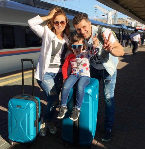 Звездное семейство уехало в Санкт-Петербург праздновать день рождения ребенка
