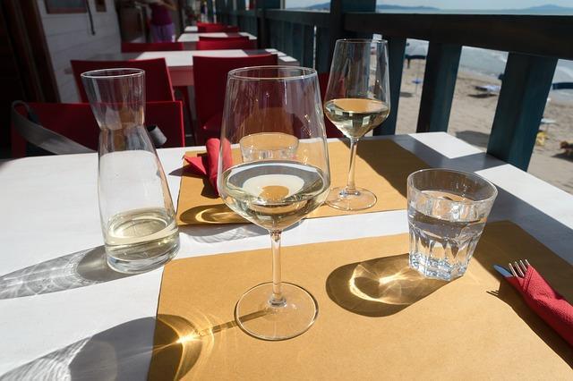 Бокал белого вина поднимет настроение
