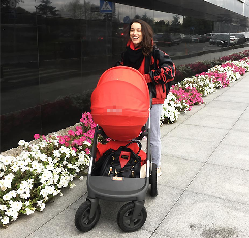 А вчера Дайнеко предпочла красную коляску
