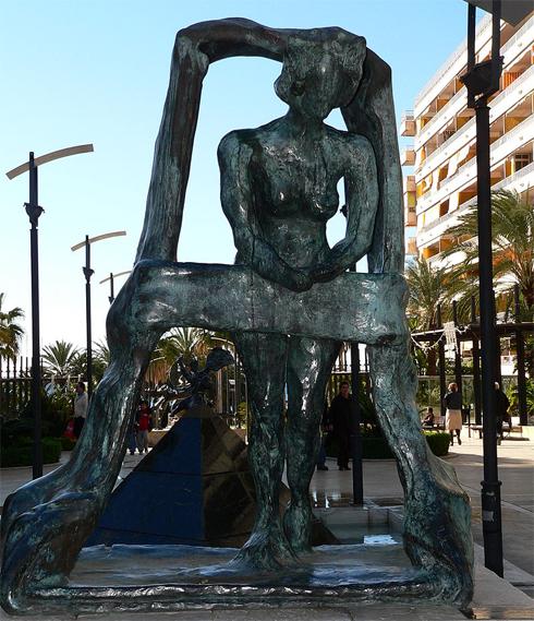 Скульптура «Гала в окне» в Марбелье