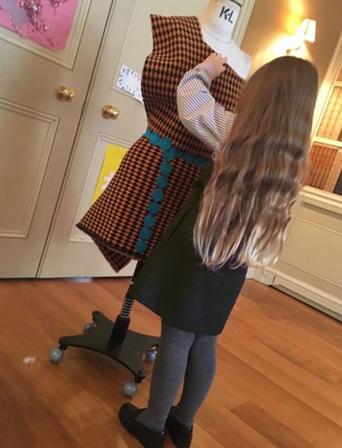 Харпер драпирует манекен, повторяя за свой мамой