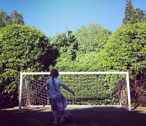 Харпер любит погонять мяч во дворе