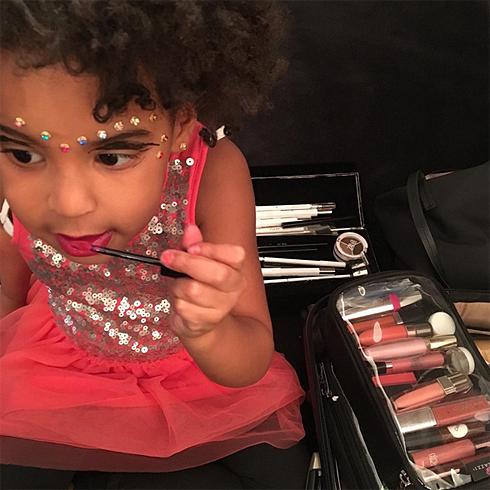 Дочка Бейонсе сама сделала себе макияж
