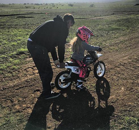 Мотогонщик Кэри Харт учит их с Пинк дочь Уиллоу ездить на мотоцикле