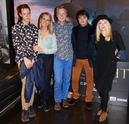 Актер Александр Кузнецов с женой Кристиной и сыном Даниилом (слева) и актерами Черменом Хадиковым и Еленой Кондулайнен (справа)