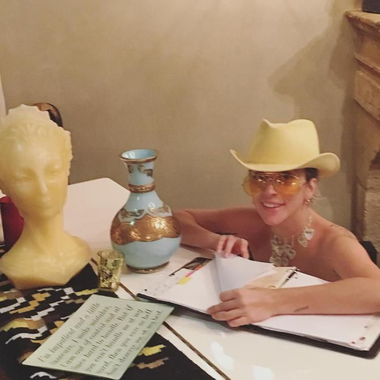 Леди Гага любит работать без одежды