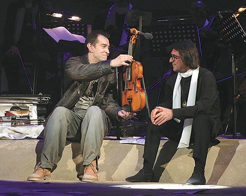 Юрий Башмет не только выступил как дирижер камерного ансамбля «Солисты Москвы», но и сыграл с Хабенским