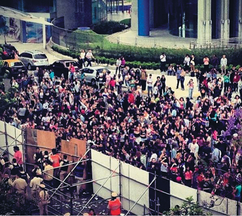 Фанаты Джастина Бибера буквально штурмуют отели, в которых останавливается певец
