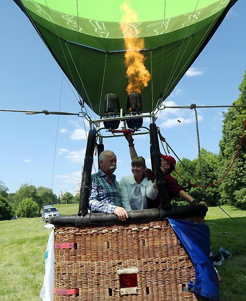 Леонид Якубович прилетел к детям на воздушном шаре