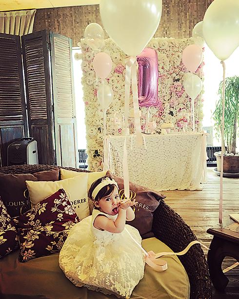 На свой первый день рождения Диана получила множество подарков, включая золотой кулон с бриллиантами