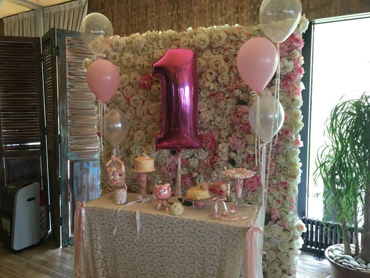 В честь маленькой именинницы сделали целую стену из роз