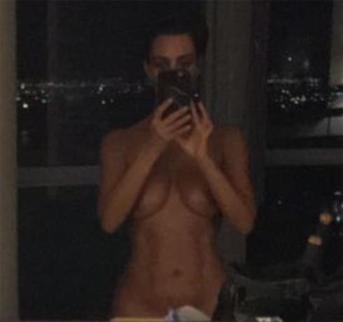 Ким опубликовала голое селфи