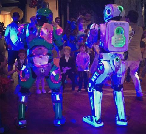 fkirkorov: «Мартин Киркоров, Арсений Аршавин и все наши маленькие гости смотрят танец роботов»