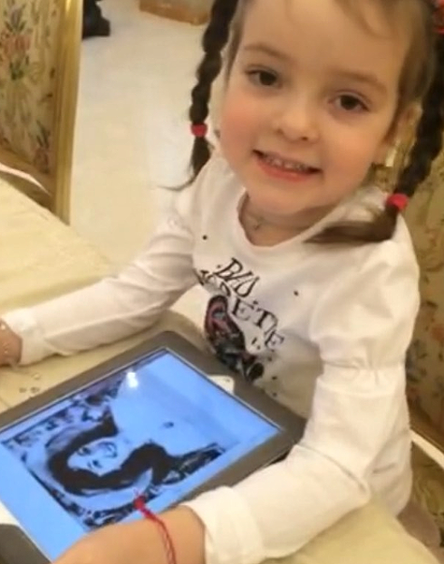 Алла-Виктория прислала папе видеосообщение, в котором поздравила его с днем рождения своей бабушки