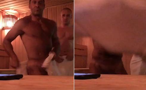 В конце видео Костюшкин сбрасывает полотенце
