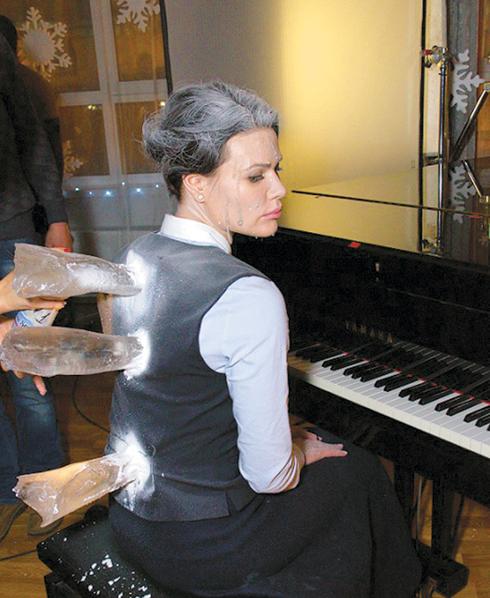 Роль учительницы музыки, ставшей жертвой злобного брата Деда Мороза, исполнила Элина Судьина