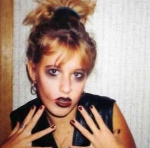 xenia_sobchak: «Мне тут 12... Люблю Кобейна,мечтаю умереть до старости,то есть не позже тридцати,ненавижу родителей за запреты и курю. Вот бы сейчас попасть к ней, к этой девочке.. От скольких бы ошибок уберегла: (