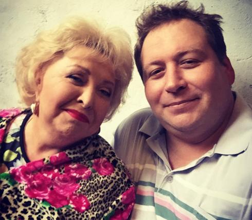 Стас Дужников со своей экранной мамой из сериала «Воронины»
