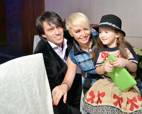 Дочь певицы и Игоря Кузнецова Эмилия в этом году окончила первый класс