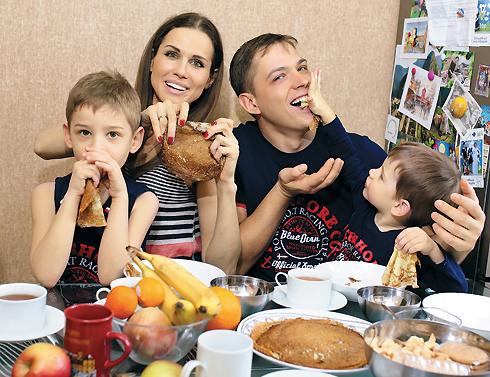 Наталья Лесниковская с мужем Иваном и детьми Егором (слева) и Марком обожают Масленицу