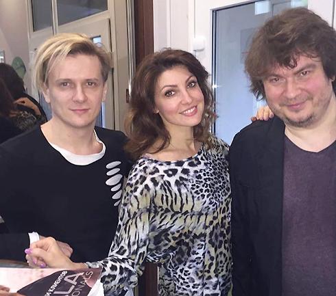 Актриса с мужем Глебом Матвейчуком и мастером, который его подстриг