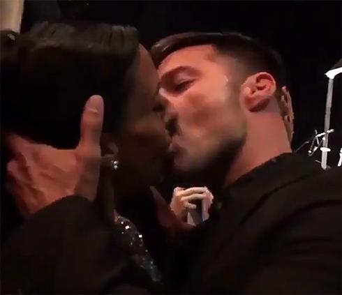 Рикки Мартин поцеловался с поклонницей ради благотворительности