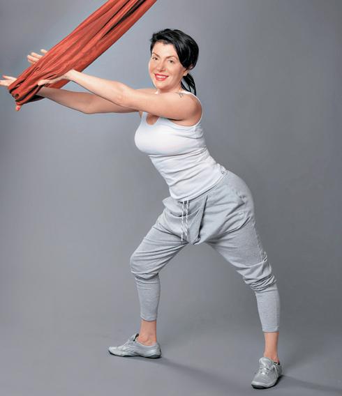 Вытяжение мышц-ротаторов рук. Полезно при сутулости