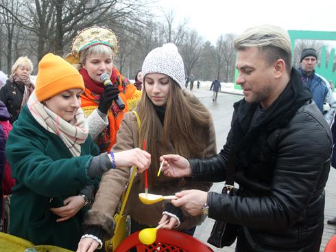 Павел Соколов и его дочь приняли участие в мастер-классе по росписи деревянных ложек