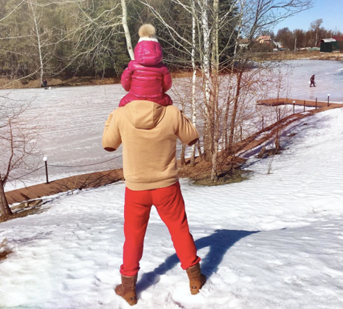 Навка опубликовала фото с прогулки. Дмитрий Песков опять в знаменитых красных штанах