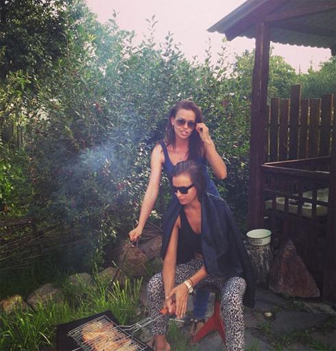 Ирина Шейк с сестрой готовит шашлыки
